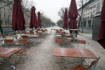 18 January 2021, Berlin: Almost deserted at the beginning of the week is the street Unter den Linden with the Brandenburg Gate. Germany is likely to face an extension and intensification of the Corona lockdown. Photo: Wolfgang Kumm\/dpa