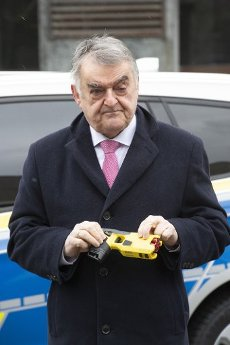 Herbert REUL, politician, CDU, interior minister of the state of North Rhine-Westphalia, presents a distance electrical pulse device (DEIG), NRW interior minister Herbert Reul starts piloting the distance electrical pulse devices (DEIG) at the NRW police, at the Dorrtmund police headquarters, January 15, 2021, Â | usage worldwide
