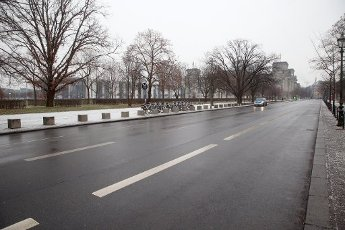 18 January 2021, Berlin: A police vehicle patrols a nearly deserted street near the Reichstag building in the Mitte district. Germany is likely facing an extension and tightening of the Corona Lockdown. Photo: Wolfgang Kumm\/dpa