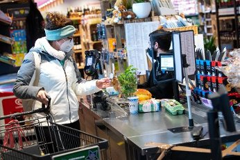 18 January 2021, Bavaria, Neubiberg: A woman wears an FFP2 protective mask while shopping in a supermarket. Since 18.01.2021, it has been compulsory to wear FFP2 protective masks in Bavarian buses, trams, underground and suburban trains and in all shops. Photo: Sven Hoppe\/dpa