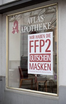 03 March 2021, Lower Saxony, Osnabrück: FFP2 masks in exchange for coupons are advertised in the window of a pharmacy. Photo: Friso Gentsch\/dpa