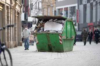 03 March 2021, Lower Saxony, Osnabrück: A skip with rubbish stands in the pedestrian zone. Photo: Friso Gentsch\/dpa