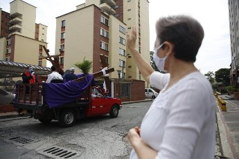 A priest makes a prayer during the traditional Way of the Cross through several avenues of the city and visiting residential units to share with the community that is quarantined due to the coronavirus, this Good Friday on a street in Cali, Colombia, 10 April 2020. EFE/ Ernesto Guzman Jr.