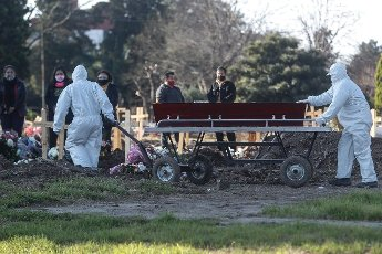 Employees of the Flores cemetery move a coffin under the protocols established due to the COVID-19 pandemic, today in Buenos Aires, Argentina 12 August 2020. EFE\/Juan Ignacio Roncoroni