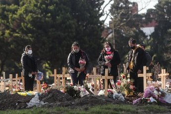 Relatives of a deceased person say their last goodbye in the Flores cemetery where burials are carried out under the protocols established due to the COVID-19 pandemic, today in Buenos Aires, Argentina 12 August 2020. EFE\/Juan Ignacio Roncoroni