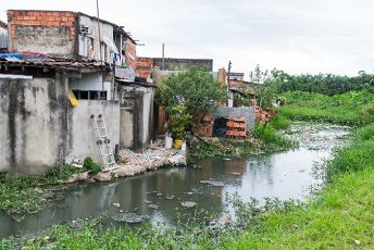 GUARUJÃ, SP - 03.04.2020: COVID19 ESGOTO PODE SER VIA DE CONTÃGIO - COVID19: Sewage may be a route of contagion, studies indicate. Photo taken in Guarujá, SP. (Photo: Vincent Bosson/Fotoarena)