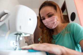 CURITIBA, PR - 05.04.2020: MÃSCARAS PARA DOAÃÃO - Carolina Giacomini, 26, a journalist, has sewing as a hobby and during the quarantine doing home office, she uses her free time and weekends to sew fabric masks that she donates to friends, family and neighbors and TNT masks that donates to an institution that works delivering food to the homeless. She says this is the way she found to help fight the coronavirus. (Photo: Henry Milleo/Fotoarena)