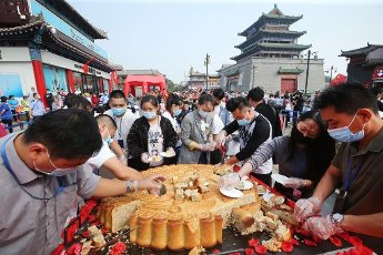Thousands gathered in central China\'s Kaifeng City to sample a massive mooncake as the Mid-Autumn Festival approaches, which weighs 190 kilograms and 1.1 metres in diameter, Kaifeng City, central China\'s Henan Province, 1st October 2020. The festival, which falls on the 15th day of the eighth month on the lunar Chinese calendar, October 1 this year, is a traditional holiday celebrated in China and east Asia