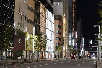 A general view of Ginza shopping district of Tokyo on the weekend night with few pedestrians, April 10, 2020. Prime Minister Shinzo Abe has declared a state of emergency to contain the new coronavirus outbreak. JIJI PRESS PHOTO / MORIO TAGA