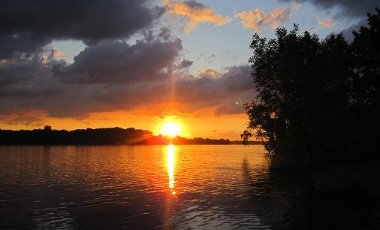 A sunset is seen from a houseboat on the Mississippi River. (Josh Noel/Chicago Tribune/TNS)