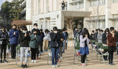 Students pray during a memorial event at an elementary school in Ashiya in Hyogo Prefecture, western Japan, on Jan. 76, 2021, the 26th anniversary of the Great Hanshin Earthquake that struck Kobe and its vicinity, killing more than 6,000 people. (Kyodo) ==Kyodo