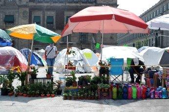 EUM20200814SOC06.JPG CIUDAD DE MÉXICO. City\/CDMX-Indígenas.- 14 agosto 2020. Integrantes de la Coalición de las organizaciones indígenas autónomas de México se instalaron en el Zócalo capitalino para vender sus productos y artesanías; indican que el Covid-19 los ha dejado sin trabajo. Foto: Agencia EL UNIVERSAL\/Hugo García