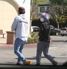 Los Angeles - Friday April 3, 2020 Kendra Wilkinson spotted out with a mystery guy coming out of Albertson