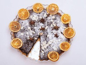 Tart with poppy seeds and fruit sprinkled with powdered sugar