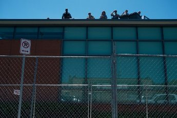 May, 30, 2020 - Minneapolis, Minnesota, United States: Minneapolis police stand on top of the 5th precinct on Nicollet Avenue. Police presence has increased as protesting and riots continue across Minneapolis and St. Paul. (Brooklynn Kascel\/Polaris)
