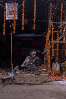 A naga sadhu preparing his morning tea at the gangasagar transit camp. (Photo by Ankit Saha \/ Pacific Press