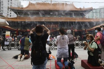 Worshippers burn joss sticks as they pray at the Wong Tai Sin Temple, upon its first day of re-opening as social-distancing restrictions. 04OCT20 SCMP \/ K.Y