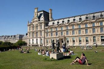 Les pelouses a cote du Louvre. COVID 19, les parcs et jardins Parisiens ouvrent leurs portes. Paris, FRANCE- 30\/05\/2020.\/\/04MEIGNEUX_meigneuxG021\/2005310907\/Credit:ROMUALD MEIGNEUX\/SIPA\/