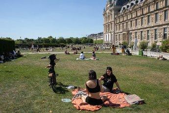Les pelouses a cote du Louvre. COVID 19, les parcs et jardins Parisiens ouvrent leurs portes. Paris, FRANCE- 30\/05\/2020.\/\/04MEIGNEUX_meigneuxG015\/2005310906\/Credit:ROMUALD MEIGNEUX\/SIPA\/