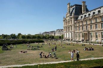 Les pelouses a cote du Louvre. COVID 19, les parcs et jardins Parisiens ouvrent leurs portes. Paris, FRANCE- 30\/05\/2020.\/\/04MEIGNEUX_meigneuxG004\/2005310904\/Credit:ROMUALD MEIGNEUX\/SIPA\/
