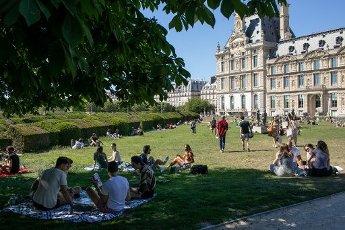 Les pelouses a cote du Louvre. COVID 19, les parcs et jardins Parisiens ouvrent leurs portes. Paris, FRANCE- 30\/05\/2020.\/\/04MEIGNEUX_meigneuxG003\/2005310904\/Credit:ROMUALD MEIGNEUX\/SIPA\/