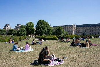 Les pelouses a cote du Louvre. COVID 19, les parcs et jardins Parisiens ouvrent leurs portes. Paris, FRANCE- 30\/05\/2020.\/\/04MEIGNEUX_meigneuxG024\/2005310908\/Credit:ROMUALD MEIGNEUX\/SIPA\/