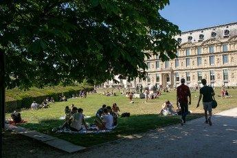 Les pelouses a cote du Louvre. COVID 19, les parcs et jardins Parisiens ouvrent leurs portes. Paris, FRANCE- 30\/05\/2020.\/\/04MEIGNEUX_meigneuxG020\/2005310907\/Credit:ROMUALD MEIGNEUX\/SIPA\/