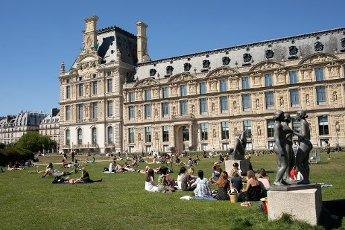 Les pelouses a cote du Louvre. COVID 19, les parcs et jardins Parisiens ouvrent leurs portes. Paris, FRANCE- 30\/05\/2020.\/\/04MEIGNEUX_meigneuxG022\/2005310908\/Credit:ROMUALD MEIGNEUX\/SIPA\/