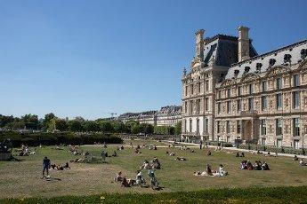 Les pelouses a cote du Louvre. COVID 19, les parcs et jardins Parisiens ouvrent leurs portes. Paris, FRANCE- 30\/05\/2020.\/\/04MEIGNEUX_meigneuxG013\/2005310906\/Credit:ROMUALD MEIGNEUX\/SIPA\/