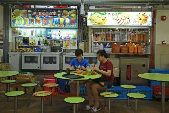 (210514) -- SINGAPORE, May 14, 2021 (Xinhua) -- People have their meals at a hawker centre in Singapore on May 14, 2021. The Singapore government on Friday announced the implementation of stricter COVID-19 counter-measures starting from May 16 to June 13. (Xinhua\/Then Chih Wey) - Then Chih Wey -\/\/CHINENOUVELLE_1.2245\/2105141658\/Credit:CHINE NOUVELLE\/SIPA