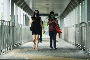 (210514) -- SINGAPORE, May 14, 2021 (Xinhua) -- People walk on a pedestrian bridge along Beach Road in Singapore on May 14, 2021. The Singapore government on Friday announced the implementation of stricter COVID-19 counter-measures starting from May 16 to June 13. (Xinhua\/Then Chih Wey) - Then Chih Wey -\/\/CHINENOUVELLE_1.2244\/2105141658\/Credit:CHINE NOUVELLE\/SIPA