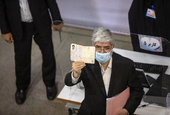 (210514) -- TEHRAN, May 14, 2021 (Xinhua) -- Former Iranian lawmaker Mahmoud Ali Motahari shows his identification card as he registers his candidacy for presidential race at the Interior Ministry in Tehran, Iran, May 13, 2021. Iran\'s Ministry of Interior Affairs on Tuesday officially started registering candidates for the 13th presidential race, state TV reported. (Photo by Ahmad Halabisaz\/Xinhua) - Ahmad Halabisaz -\/\/CHINENOUVELLE_1.2243\/2105141657\/Credit:CHINE NOUVELLE\/SIPA
