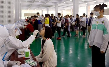 (210514) -- LU\'AN, May 14, 2021 (Xinhua) -- A medical worker collects a swab sample of a student for nucleic acid testing of possible COVID-19 infection at No. 1 Middle School of Lu\'an City, east China\'s Anhui Province, May 14, 2021. Lu\'an City is conducting nucleic acid tests for all residents in major urban districts of the city. (Photo by Chen Li\/Xinhua) - Chen Li -\/\/CHINENOUVELLE_1.2239\/2105141657\/Credit:CHINE NOUVELLE\/SIPA