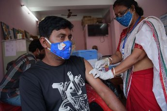 (210514) -- AGARTALA, May 14, 2021 (Xinhua) -- A health worker administers a dose of COVID-19 vaccine to an electric rickshaw driver in Agartala, the capital city of India\'s northeastern state of Tripura, May 14, 2021. (Str\/Xinhua) - Abhisek Saha -\/\/CHINENOUVELLE_1.2237\/2105141656\/Credit:CHINE NOUVELLE\/SIPA
