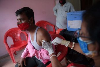 (210514) -- AGARTALA, May 14, 2021 (Xinhua) -- A health worker administers a dose of COVID-19 vaccine to an electric rickshaw driver in Agartala, the capital city of India\'s northeastern state of Tripura, May 14, 2021. (Str\/Xinhua) - Abhisek Saha -\/\/CHINENOUVELLE_1.2236\/2105141656\/Credit:CHINE NOUVELLE\/SIPA