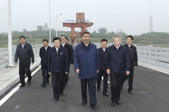 (210514) -- NANYANG, May 14, 2021 (Xinhua) -- Chinese President Xi Jinping, also general secretary of the Communist Party of China Central Committee and chairman of the Central Military Commission, inspects the Taocha Canal Head before a symposium, in Xichuan County, Nanyang, central China\'s Henan Province, May 13, 2021. Xi Jinping on Friday convened the symposium on advancing the high-quality follow-up development of the South-to-North Water Diversion Project. (Xinhua\/Ju Peng) - Ju Peng -\/\/CHINENOUVELLE_1.2262\/2105141700\/Credit:CHINE NOUVELLE\/SIPA