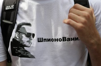 MOSCOW, RUSSIA - JULY 13, 2020: A person wears a t-shirt depicting Ivan Safronov during a rally by the Russian Union of Journalists outside the Lefortovo pre-trial detention facility in support of journalist Ivan Safronov, adviser to the Roscosmos