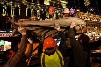 MOSCOW, RUSSIA - OCTOBER 1, 2020: Workers take down a statue of Greek goddess of health Hygieia from a facade of the former Ferrein\'s Pharmacy in Nikolskaya Street central Moscow to send it for restoration. The building of the former Ferrein\'s