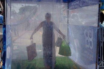 EUM20200401SOC14.JPG BOCA DEL RÍO, Ver., Pandemic/Pandemia-Sanitización.- El ayuntamiento de Boca del Río realiza la instalación de módulos sanitizantes, que en su interior rocían una sustancia desinfectante, esto para que quienes tengan que realizar actividades de primera necesidad puedan evitar posibles contagios por Covid-19 tras estar en áreas concurridas. Este municipio es el que registra más contagios en el estado. Foto: Agencia EL UNIVERSAL/AFBV