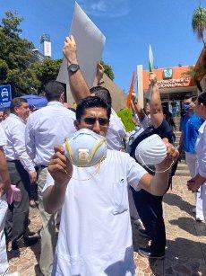 EUM20200401SOC16.JPG CULIACÁN, Sin., Protests/Protestas-Médicos.- Personal médico y enfermeras de ambos sexos del Hospital Regional No.1 del Instituto Mexicano del Seguro Social, se manifestaron con pancartas este 1 de abril de 2020, denunciando carencia de mascarillas de protección, equipo especial, lo que los expone al trabajar con pacientes sospechosos de Covid-19. Foto: Agencia EL UNIVERSAL/AFBV