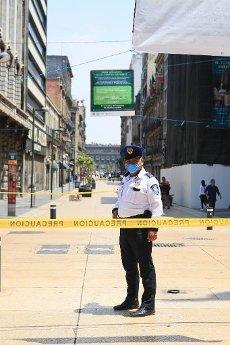 EUM20200401SOC18.JPG CIUDAD DE MÉXICO, Pandemic/Pandemia-Centro Histórico.- Debido a la cuarentena instaurada para combatir el coronavirus Covid-19, este 1 de abril de 2020 las autoridades de la Ciudad de México cerraron el acceso de la calle peatonal Madero, una de las importantes del Centro Histórico, para evitar posibles contagios, además de que fueron cerrados todos sus establecimientos. Foto: Agencia EL UNIVERSAL/AFBV
