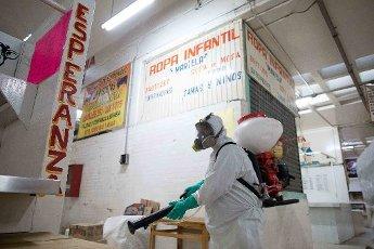 EUM20200403SOC01.JPG MORELIA, Mich. Sanitization/Sanitización-Mercados.- 3 de abril de 2020. Aspectos de la sanitización que se lleva a cabo en los mercados de Morelia ante la contingencia por coronavirus. Foto: Agencia EL UNIVERSAL/EELG