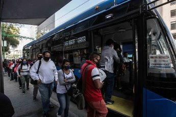 EUM20200814SOC23.JPG CIUDAD DE MÉXICO. City\/CDMX-Transporte.- 14 de agosto de 2020. Hay personas que necesitan desplazarse al trabajo o a otras actividades, y a pesar de que tratan de mantener la sana distancia, al momento de abordar el transporte público es imposible; eso sí, cumplen con portar el cubrebocas. Foto: Agencia EL UNIVERSAL\/Germán Espinosa\/EELG
