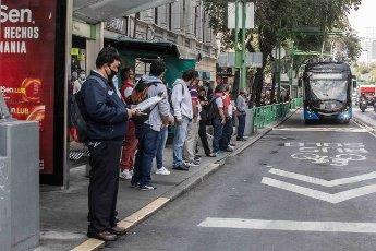 EUM20200814SOC24.JPG CIUDAD DE MÉXICO. City\/CDMX-Transporte.- 14 de agosto de 2020. Hay personas que necesitan desplazarse al trabajo o a otras actividades, y a pesar de que tratan de mantener la sana distancia, al momento de abordar el transporte público es imposible; eso sí, cumplen con portar el cubrebocas. Foto: Agencia EL UNIVERSAL\/Germán Espinosa\/EELG