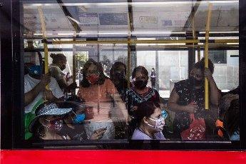 EUM20200814SOC25.JPG CIUDAD DE MÉXICO. City\/CDMX-Transporte.- 14 de agosto de 2020. Hay personas que necesitan desplazarse al trabajo o a otras actividades, y a pesar de que tratan de mantener la sana distancia, al momento de abordar el transporte público es imposible; eso sí, cumplen con portar el cubrebocas. Foto: Agencia EL UNIVERSAL\/Germán Espinosa\/EELG