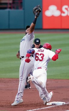 Miami Marlins first baseman Jesus Aguilar makes a difficult catch to get St. Louis Cardinals Edmundo Sosa for the out in the second inning at Busch Stadium in St. Louis on Tuesday, June 15, 2021. Photo by Bill Greenblatt