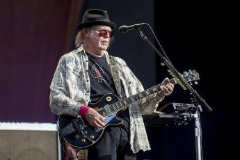 Neil Young Reworks Shut It Down Video To Encourage Social DistancingAuthor WENN20200410Rocker Neil Young has revamped the video for his 2019 song Shut It Down due to its poignancy during the coronavirus pandemic.The veteran musician ...