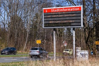 (200401) -- ERFURT (GERMANY), April 1, 2020 (Xinhua) -- A message to remind people of keeping a distance is shown on an electronic screen on the border of Erfurt, central Germany, on April 1, 2020. Germany will extend the restrictions on social contacts to April 19 at the earliest, in a bid to contain the COVID-19 spreading, Chancellor Angela Merkel said following a video conference with minister-presidents of all 16 federal states. (Photo by Kevin Voigt/Xinhua)