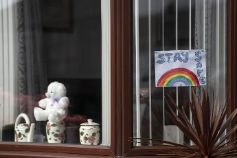"(200410) -- MANCHESTER (BRITAIN), April 10, 2020 (Xinhua) -- Photo taken on April 10, 2020 shows a rainbow sign and words ""STAY SAFE"" on a window in Manchester, Britain. The death toll of those hospitalized in Britain who tested positive for the COVID-19 reached 8,958 in Britain, marking a record-high daily increase of 980, Health Secretary Matt Hancock said Friday. As of Friday morning, a total of 73,758 cases of COVID-19 have been confirmed in Britain, according to the Department of Health and Social Care. (Photo by Jon Super/Xinhua)"