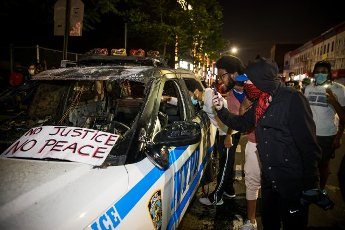 "(200531) -- NEW YORK, May 31, 2020 (Xinhua) -- Demonstrators look at a burnt vehicle of New York police department during a protest over the death of George Floyd in the Brooklyn borough of New York, the United States, May 30, 2020. New York officials on Saturday denounced acts of violence in the city\'s protests over George Floyd\'s death, after about 300 protesters were arrested in days. Mayor Bill de Blasio said at a briefing that some protesters ""came with an agenda of violence and incitement,"" and the city does not allow it to happen. (Photo by Michael Nagle\/Xinhua)"